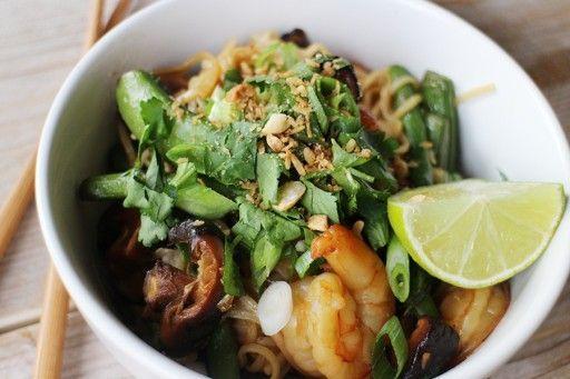Aziatische noedels met gamba's, sugar snaps en koriander