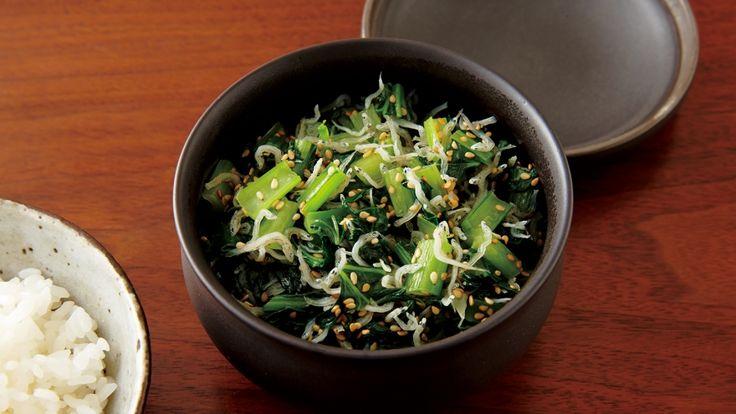 大庭 英子さんの小松菜,ちりめんじゃこを使った「小松菜とじゃこの炒め物」のレシピページです。ご飯や豆腐にのせたり、チャーハンの具にしたり。常備菜としてつくりおきをすれば、バリエーション豊かに活用できます。 材料: 小松菜、ちりめんじゃこ、ごま油、A、白ごま
