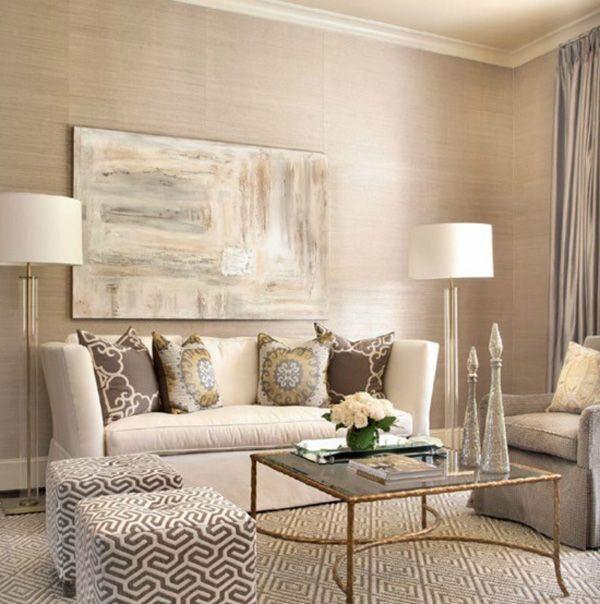 Sala tonalidades beige: Muebles beige y puffs con diseños color tierra. Cojines acorde a los puffs.