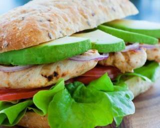 Panini minceur au poulet, à l'avocat et à l'oignon rouge : http://www.fourchette-et-bikini.fr/recettes/recettes-minceur/panini-minceur-au-poulet-a-lavocat-et-a-loignon-rouge.html