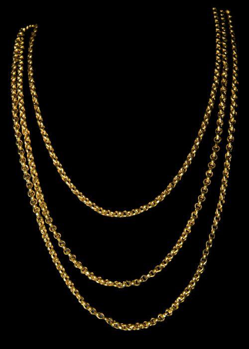 """CORDÃO com dois metros e vinte. Podem ser de elos redondos ou em forma de pêra. Quanto ao peso, podem ser finos (linha), grossos (soga) e ocos. O cordão era o terceiro ouro da rapariga, ocupando o primeiro os """"botões"""" e o segundo o colar de contas. Antique and popular portuguese necklace in gold."""
