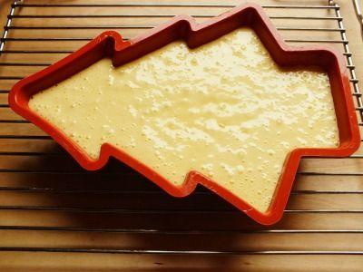 Questa Christmas cake è un dolce da credenza perfetto per la colazione o la merenda. Non contiene burro ed è arricchito con scaglie di cioccolato bianco.
