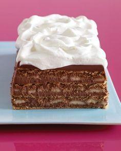 Bolo gelado de chocolate, banana e biscoito graham