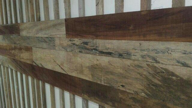 Instalación de mural en madera