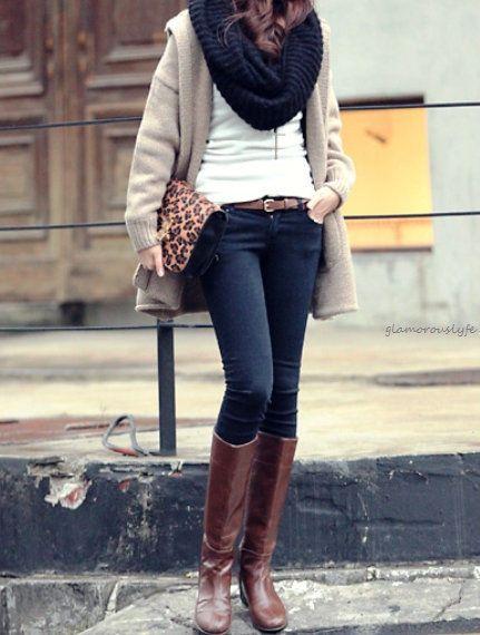 Strak door hoge laarzen en aansluitende kleding, vrouwelijk door zachte stof en kleur van vest.