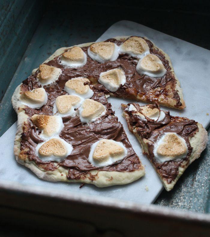 Sidste gang jeg var i New York, fik jeg en helt vildt lækker dessert-pizza med nutella og skumfiduser, og jeg har lige siden tænkt, at jeg ville prøve at efterligne den herhjemme. Og hold nu op - det er ikke sidste gang, der bliver lavet dessert-pizza hjemme hos os, det smager jo alt for lække....