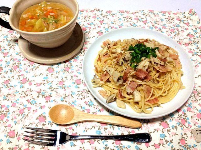 即席パスタだったけど、美味しかったー(((o(*゚▽゚*)o)))スープは野菜たっぷりいれたー♪ - 10件のもぐもぐ - えのきとベーコンのパスタとスープ by nashiyanyan