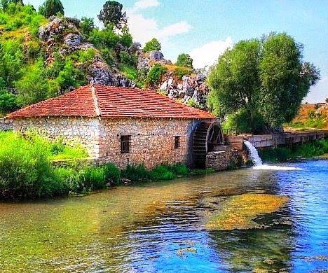 Dedegöl su değirmeni/Beyşehir/Konya/// Kargı deresinin sularını döndürdüğü değirmen günümüzde kullanılmıyor. Kayseri üniversiteli sinema bölümü öğrencileri değirmende geçen kısa bir film çektiler.