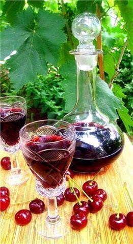 НАСТОЙКА ВИШНЕВАЯ УКРАИНСКАЯ. Ингредиенты: вишня - 250 г, водка 1 л, сахар - 300-500 г. Половину указанного количества вишни очистите от косточек, оставшиеся ягоды используйте целиком. Вишню залейте водкой, выдержите 1 месяц в темном прохладном месте. Настойку слейте в чистую посуду, добавьте сахар, поставьте в теплое место, выдержите, пока сахар не растворится. Настойку время от времени