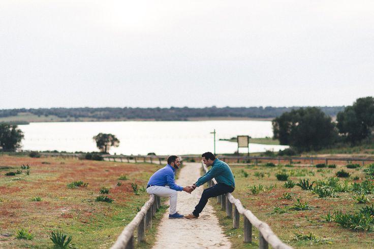 Pareja de chicos enamorados en una sesión de fotografías de boda en Sevilla. #bodas #parejas #homosexual #Sevilla #esession #prewedding