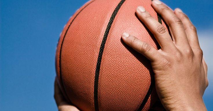 Qual é o tamanho das bolas de basquete?. O Dr. James Naismith não codificou nenhuma especificação para os tamanhos do uniforme do basquete, ao introduzir o jogo na YMCA em 1981, em Springfiel, Massachusetts. O primeiro jogo foi realizado com uma cesta de frutas e uma bola de futebol. Porém, o livro de regras do basquete agora especifica os tamanhos das bolas para vários níveis, em ...