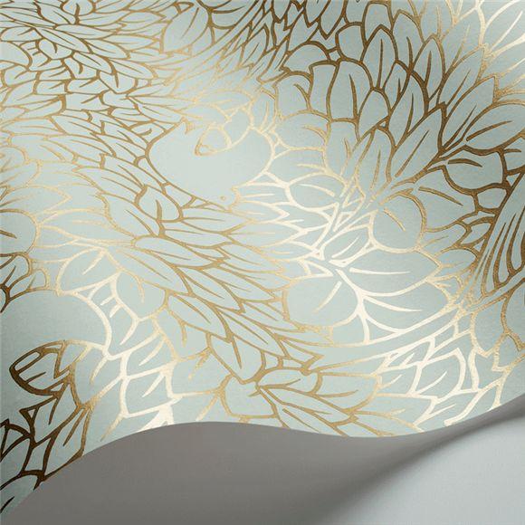 Papier peint design sur fond vert d'eau très doux au motif métalique or représentant des oiseaux danus une nature luxuriante.