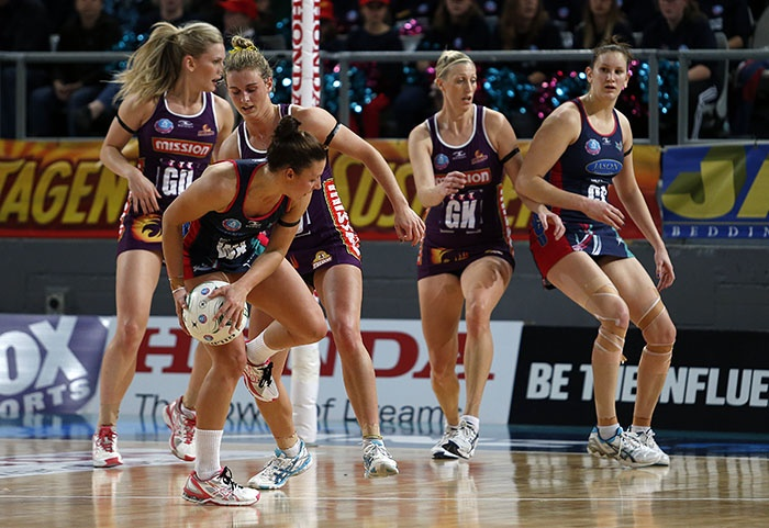Vixens too strong for Firebirds - HAVING to soak up plenty of pressure, Melbourne Vixens put in a strong team effort to fend off a spirited Queensland Firebirds 53-47 in Brisbane on Sunday.