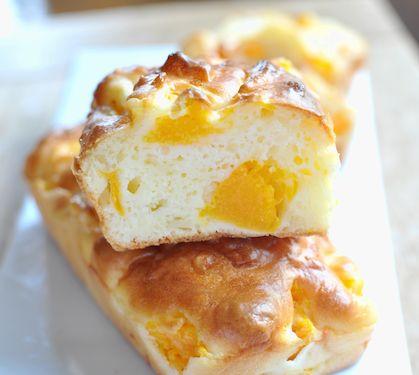 Dans une poêle, faites revenir l'oignon émincé et le potiron taillé en petits désdans le beurre pendant 10 minutes. Ajoutez un peu d'eau au fur et à mesure de la cuisson.   Dans un saladier, mélangez la farine et la levure. Dans un bol à côté, battez les œufs avec la crème fraiche, les épices, le sel et le poivre. Ajoutez-les à la farine.   Ajoutez ensuite à la préparation le potiron et le Râpé 3 Saveurs. Répartissez le tout dans des moules à cake individuels préalablement be.....