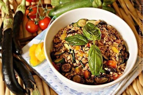 Insalata di farro con verdure grigliate e profumate al basilico.....Per la ricetta consultate il mio sito oppure scrivetemi nei commenti!