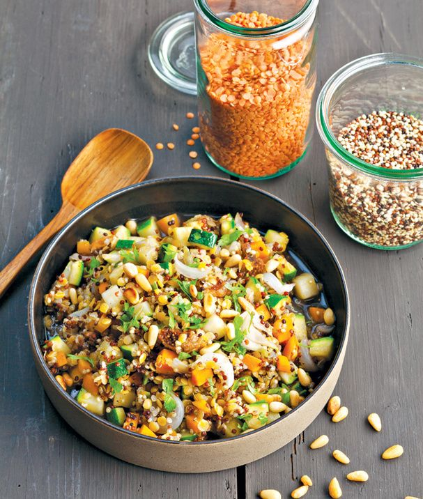 Lentilles et quinoa aux pignons de pin et cinq-épices (quinoa, lentilles corail, carotte, courgette, oignons, figues séchées, bouillon de légumes, pignons de pin, cinq-épices, persil plat)