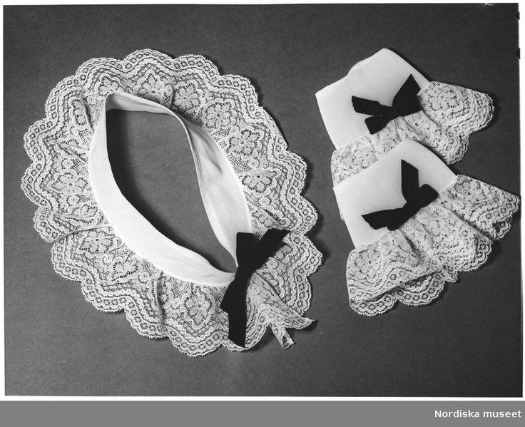 Kollage av accessoarer. Krage och manschetter med spets och svart rosett. 1944.