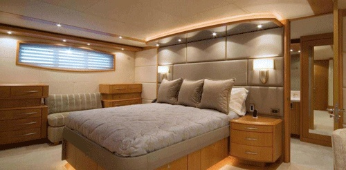Dormitor de yacht din lemn de tek. Noptiere suspendate din lemn de tek. Zona de  depozitare sub pat este finisata cu lac pe baza de apa.