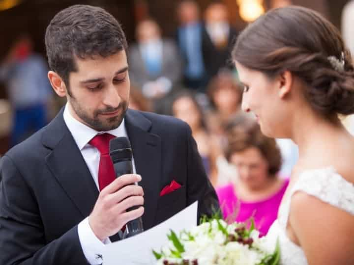 A lo largo de la ceremonia, invitados, familiares y novios realizan varias lecturas y discursos. Aquí os presentamos algunos ejemplos de textos que podéis usar en vuestra boda.
