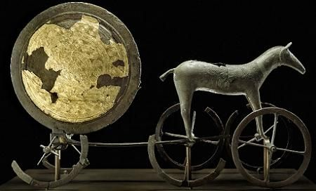Carro solare;  XIV sec. a.C., Età del Bronzo; bronzo e oro lavorato a sbalzo; Trundholm, Danimarca; National Museum, Copenhagen. Considerare anche la fonte: http://www.artribune.com/2012/11/il-bronzo-ieri-e-oggi/the-chariot-of-the-sun-trundholm-zealand-early-bronze-age-14th-century-bce-bronze-and-gold-95-x-60-x-25-cm-national-museum-copenhagen-photo-roberto-fortuna-kira-ursem-the-national-museum-of-d/