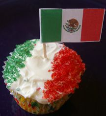 OOOOOO I'm gonna make these during the Euro cup (but minus the Mexican flag, since I'll be making ITALIA CUPCAKES!!!) FORZA ITALIA!!!! <3