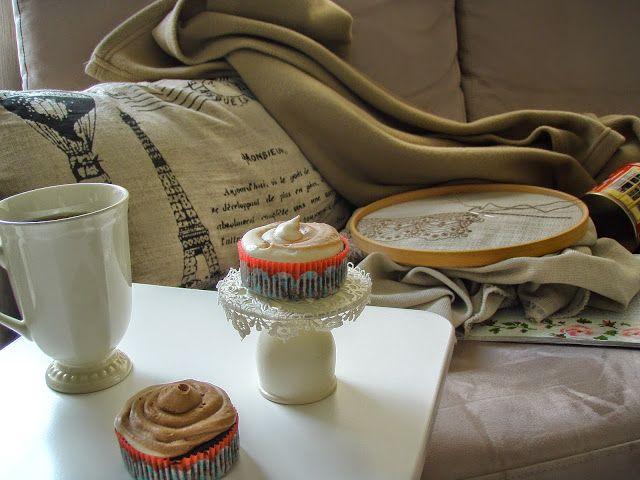 1 su bardağı Un     ¾ çay bardağı Kakao      ½ çay kaşığı Kabartma Tozu      ½ çay kaşığı Karbonat      ½ çay kaşığı Tarçın      ½ çay kaşığı Zencefil      ½ çay kaşığı Tuz      1 su bardağı Toz Şeker      1 Yumurta      1 çay bardağı Süt      ¾ çay bardağı Soğuk Şekersiz Hazır Kahve      ½ çay bardağı Sıvı yağ      ½ çay kaşığı Vanilya Dolgusu:  1 kahve fincanı Krema      1 çubuk Tarçın      55 gr. Bitter Çikolata