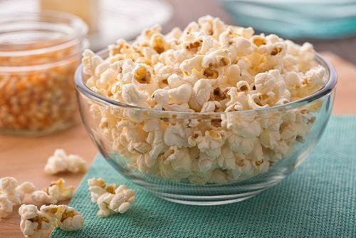 Popcorn dans un sac de papier brun