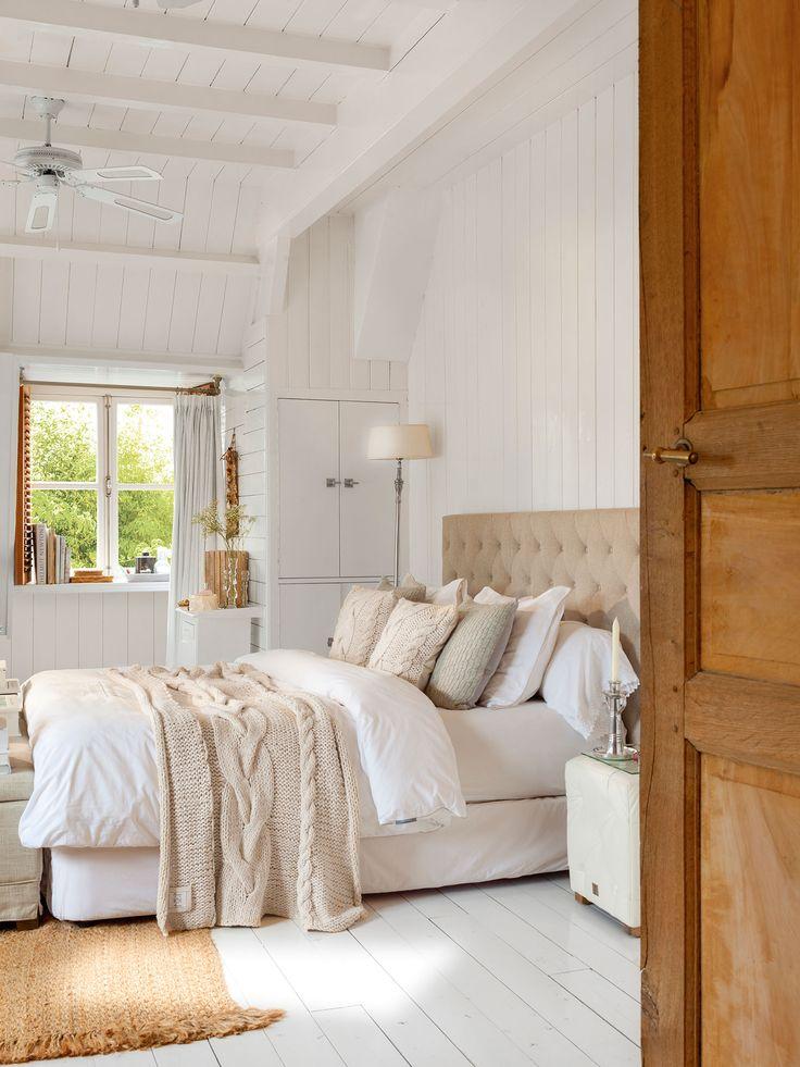 Con aires nórdicos. En este dormitorio, han optado por una gran manta de punto a los pies de la cama, a juego con los cojines. Los colores suaves ayudan en la calidez.
