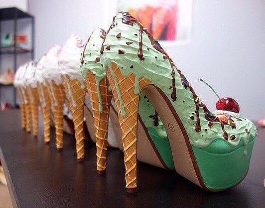 Ну ооочень аппетитные туфельки от компании Shoe Bakery. Женская любовь к обуви и сладостям — уже ни для кого не секрет. Дизайнер Крис Кембелл решил создать нечто совершенно необычное — объединить эти две страсти — и создал настоящее произведение искусства: обувь в виде кондитерских изделий. Так аппетитно женские туфли еще не выглядели никогда! Д