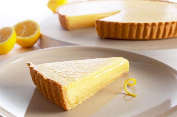 La torta al limone con glassa al limoncello è un dolce leggero, profumatissimo e molto saporito perfetto per ogni stagione dell'anno