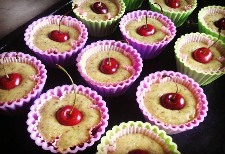 I tortini ai pistacchi con cuore di ciliegia sono perfetti per i buffet e per le colazioni e merende della famiglia,molto golosi e soffici!