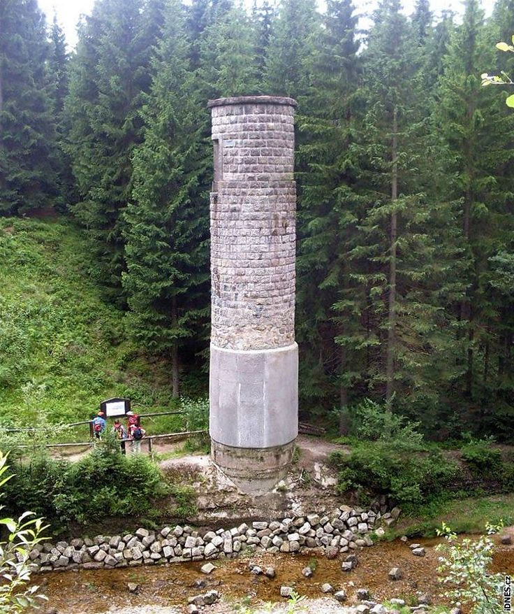 Dominantou přehrady je šoupátková věž. Stojí v průrvě, kde se hráz protrhla.