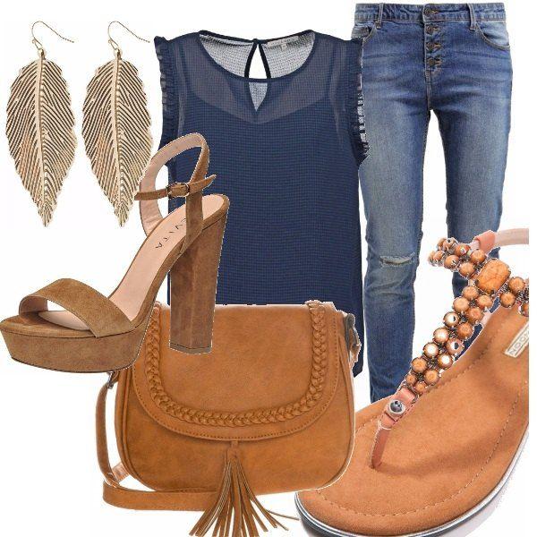 Jeans abbinato con camicia blu leggermente trasparente senza maniche con scollo tondo, borsa a tracolla color cognac, orecchini in metallo color oro e a scelta, sandalo scamosciato con tacco quadrato o sandalo infradito basso.