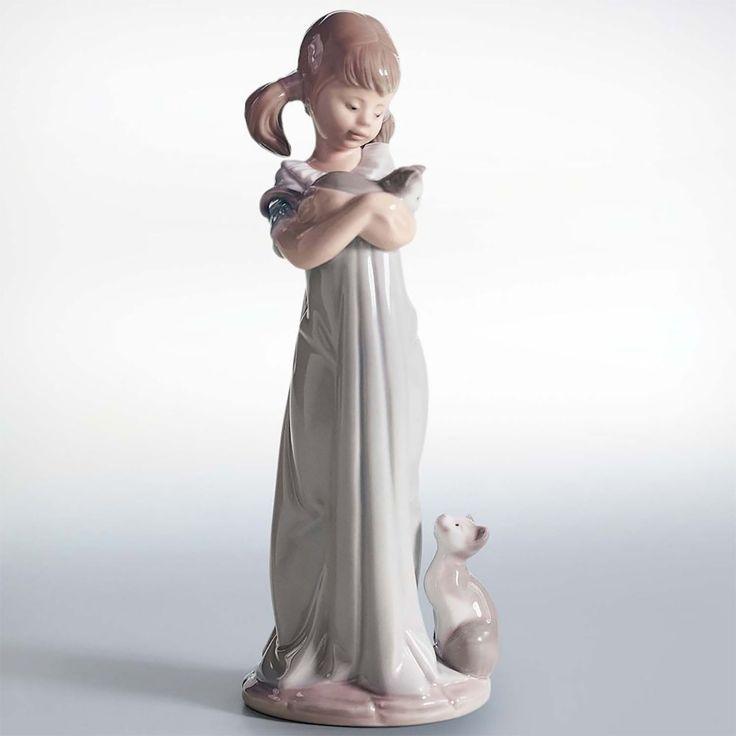La ragazzina dalla pettinatura infantile coccola un gatto tra le braccia, mentre…