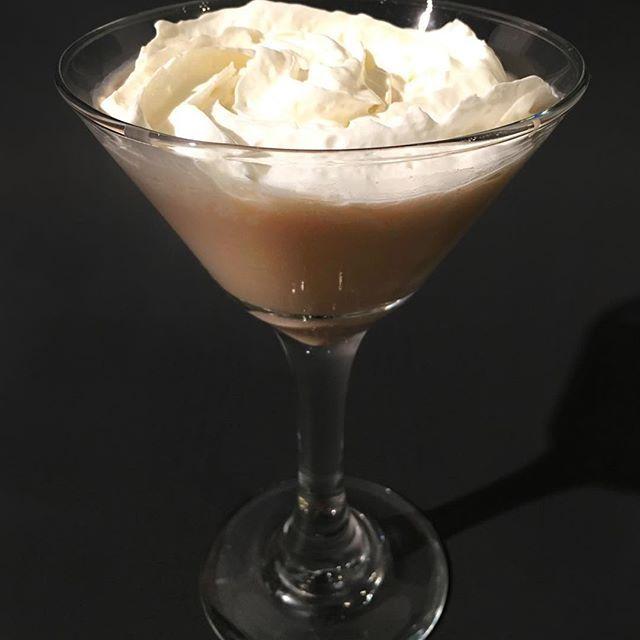 Martini au chocolat 🍸🍫 - 1 1/2oz de vodka - 1/2oz de boisson crémeuse alcoolisée Laura Secord - Glaçons Mélanger dans un mixeur. Décorer de crème fouettée.