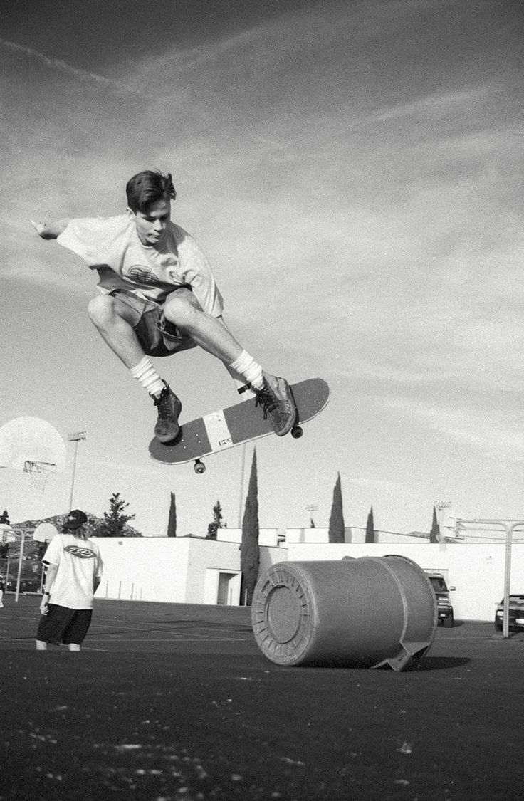 Young Tom DeLonge skateboarding at a high school in 1990