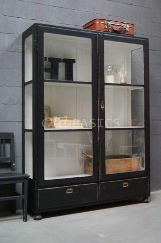 Vitrinekast 10027 - Prachtige origineel oude houten vitrinekast met een zwarte kleur. De kast heeft grote glazen deuren met daarachter twee vaste legplanken.