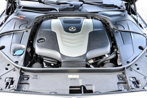 Nem sokat mutat meg magából a V6-os 258 lóerős dízel. Nincs is szükség erre, hiszen egy S-osztály tulajdonosa úgysem fog sűrűn a motortérben nyúlkálni. Hol van már a Lada korszak...?