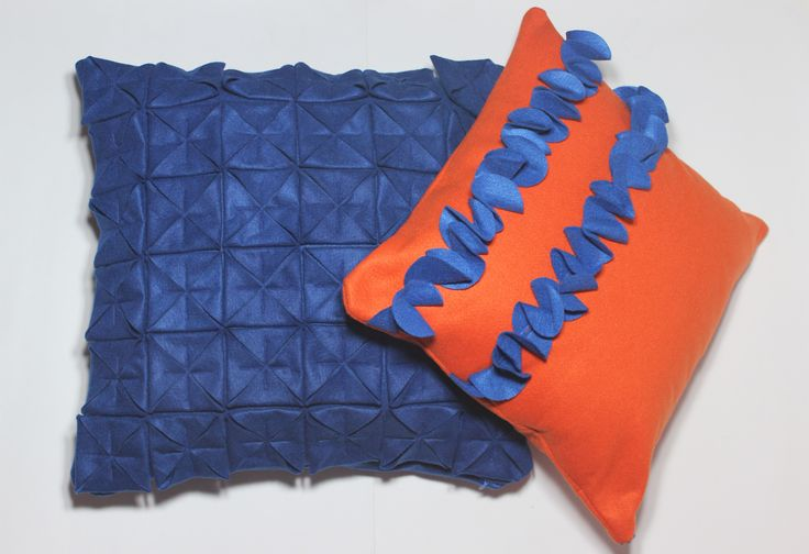 Conjunto de almofadas cor azul e laranja, capa Origami (45x45cm) e capa com babados azul (40x40cm) Contato:delasdecor@gmail.com