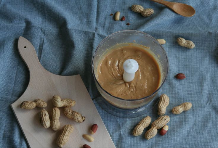 Zelf pindakaas maken. Makkelijk, snel en zo veel lekkerder. www.lekkeretenmetlinda.nl