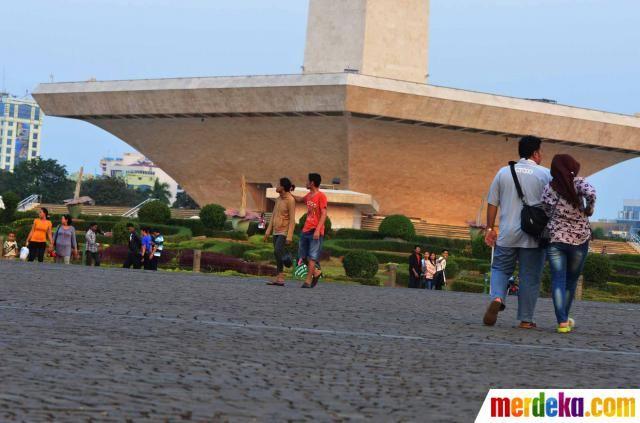 Sebagian warga Jakarta memilih berlibur akhir pekan dengan berkunjung ke Monas sambil ngabuburit menunggu buka puasa.