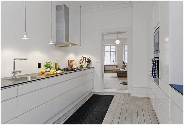 Distribución cocina blanca y madera