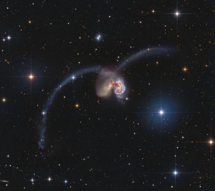 686 отметок «Нравится», 1 комментариев — Info Astronomy (@infoastronomy) в Instagram: «Astronomy Picture of The Day: Menjelajahi Antennae  Sekitar 60 juta tahun cahaya di konstelasi…»