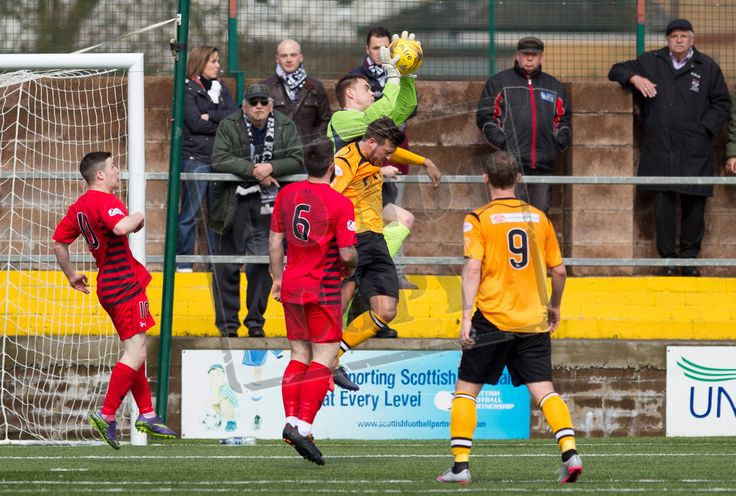 Queen's Park's keeper Wullie Muir catches the ball during the SPFL League Two game between Annan Athletic and Queen's Park.