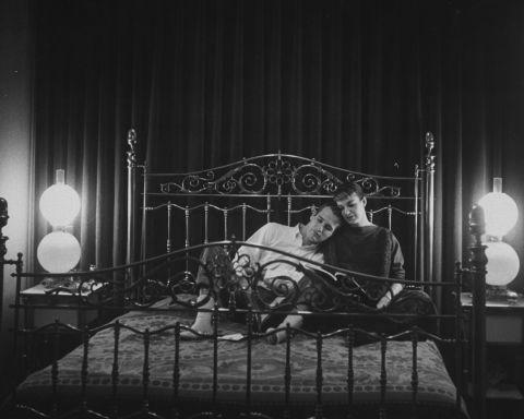 En 1959 nacióla primera hija de la pareja, Elinor Teresa. Luego llegarían dos niñas más: Melissa Steward, en 1961 y Claire Olivia, en 1965. La fotografía fue tomada en 1959 en el dormitorio de su casa de Hollywood.