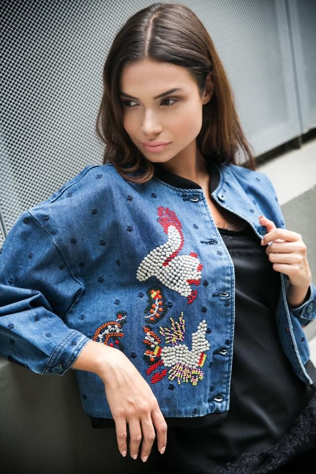 Denim bomber front and sleeve embroidered jacket. Elastic neckline and hem in color contrast. Front button fastening. 65% Cotton. 35% Polyester.   https://www.modaboom.com/denim-bomber-tzaket.html