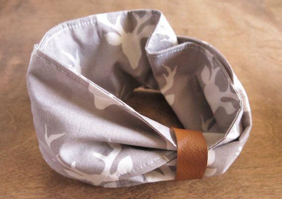 Foulard infini avec attache en cuir récupéré qui permet de dégager au niveau du menton.  Il est idéal pour donner une petite touche de