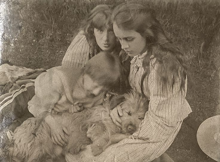 Virginia Woolf, Vanessa Bell and Adrian Stephen with the family dog in 1892