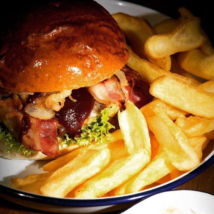 SMOKING BBQ Burger   - 200g feinstes Rindfleisch Dinkelbun Bacon Cheddar Röstzwiebeln rauchige BBQ-Sauce. . .  #beef #bacon #bbq #burgerlove #handmade #foodlover #yummy #sogood #bestburger #iloveburgers #burgerporn #barbeque #nomnomnom #smoking #instaburger #instabacon #burger #marktredwitz #food #barbeque #foodporn #fries #frenchfries #chips #pommes #pommesfrites