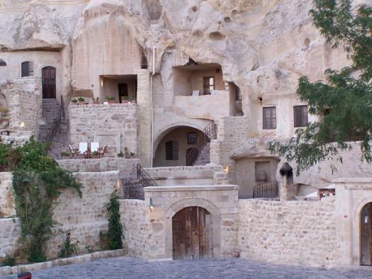 yunak evleri è anche di più, essendo l'unico hotel scavato tra le montagne e i comignoli delle fate, in Cappadocia Turchia